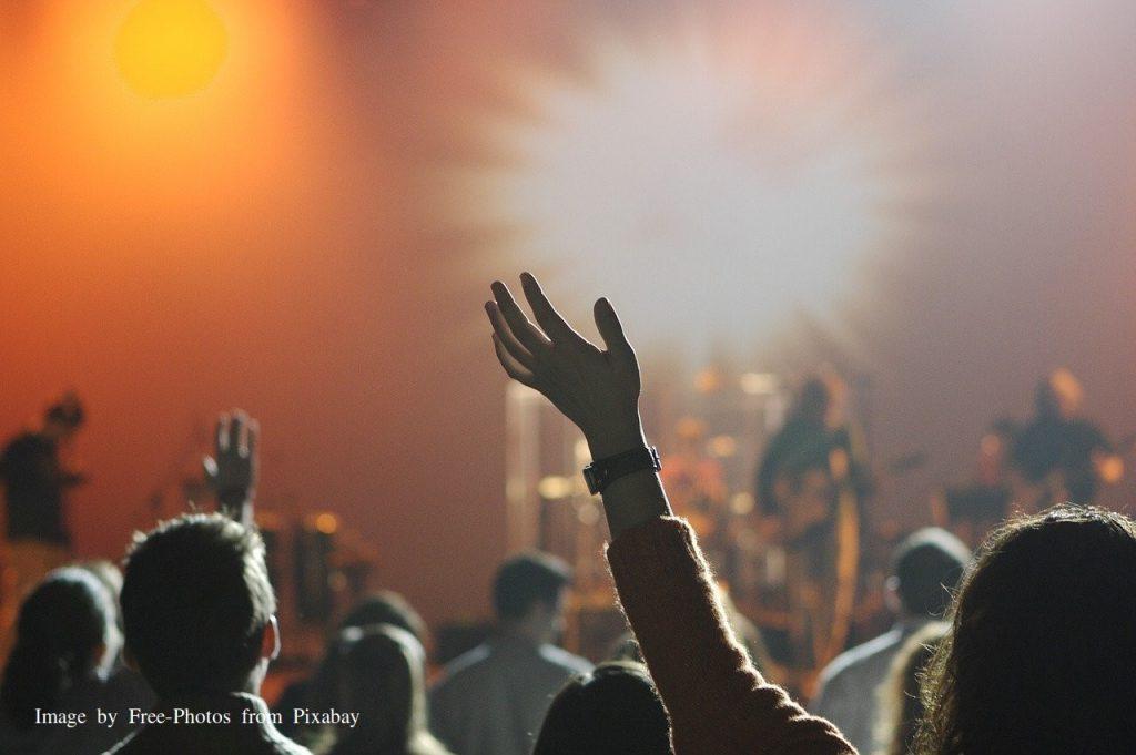 Mensenmassa Concert Modern Kerk zijn