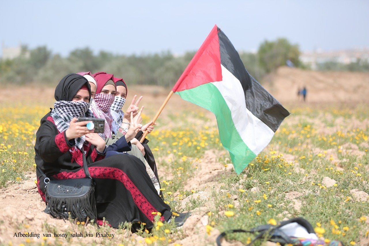Palestijnse vrouwen met vlag