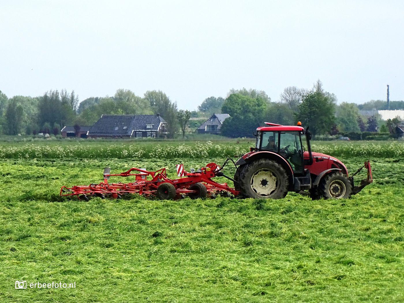Een boer die het land bewerkt